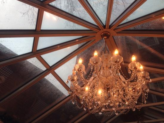 Pig Hill Inn: Rainy day pie under a glass ceiling