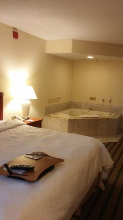 Hampton Inn and Suites-Chesterfield: In room jacuzzi