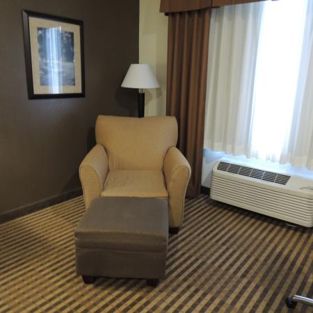 Comfort Inn & Suites: super comfortable chair in room