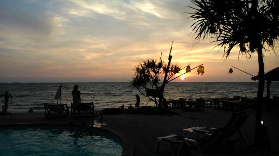 Lanta Nice Beach Resort: View from the pool area at sunset