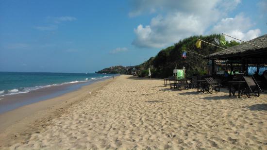 Lanta Nice Beach Resort: Resort restaurant on the beach