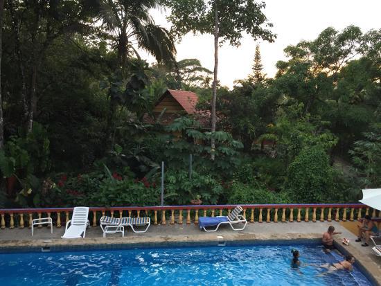 Hotel Las Tres Banderas: Desde la puerta de la habitación hacia la piscina
