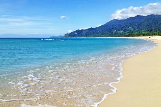 Dinadiawan Beach: Fine white sand with cool relaxing water.