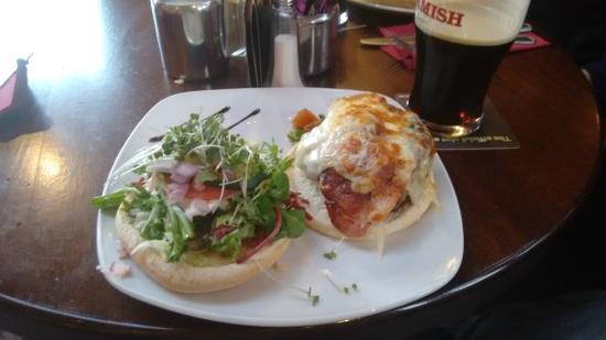 The Wilton Pub & Restaurant: Bacon Cheeseburger - TASTY !!