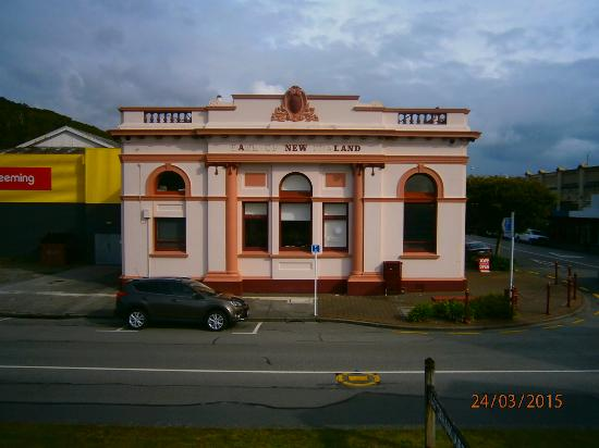 Kingsgate Hotel Greymouth: Art Gallery (Ex bank)