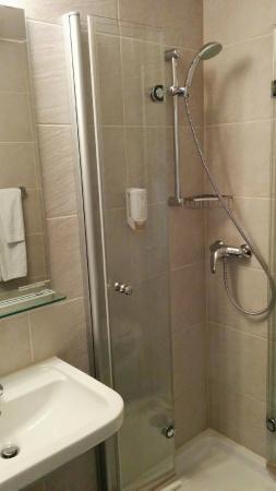 Hotel Neufeld: Modern, aber viel zu wenig Ablageflächen: das Bad