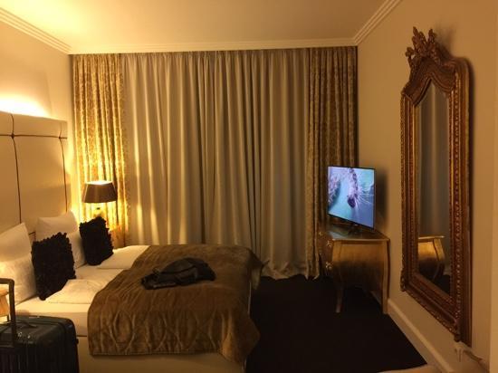 König's Hotel am Schlosspark: Zimmer mit Mega TV