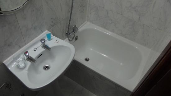 Hostal la Perla Asturiana: Waschbecken und Badewanne