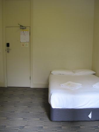 Criterion Hotel: Minimalist bedroom, without deco, no furniture, no A/C, no TV, shared bathroom....
