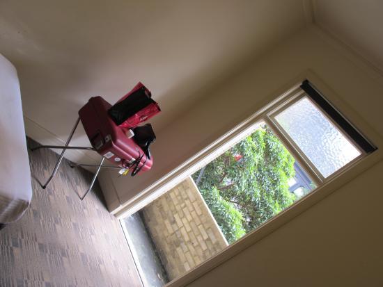 Criterion Hotel: hopefully a balcony but noisy street and no insulated sound window !!! No way to sleep !!!