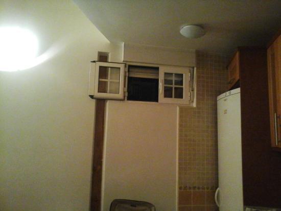 Good Stay Madrid: janela do quarto cozinha