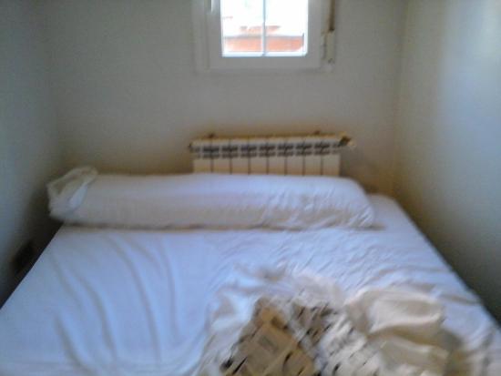 Good Stay Madrid: cama de casal sem cabeceira e sem criado
