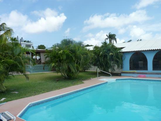 Bed & Breakfast Toni Kunchi: Zwembad Toni Kunchi + tuin