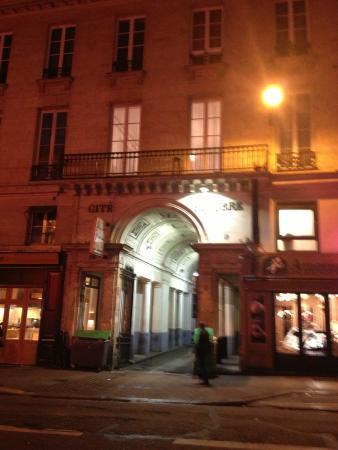 вход в арку, где расположен отель