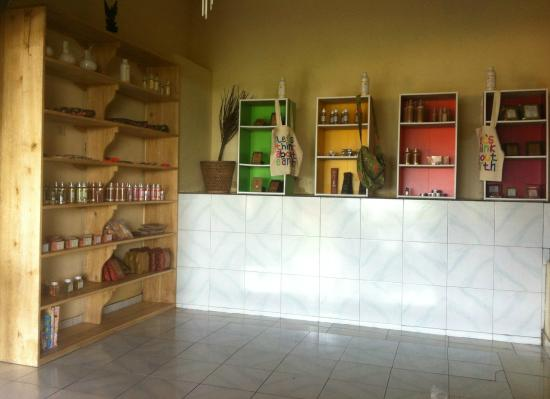 Cafe C'est Bon : herbal shop with traditional balinese beauty and healing products, coffee luwak and vanilla