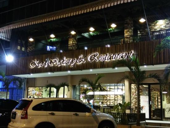 Kez's Bakery and Restaurant: Tampak Depan Resto Saat Malam Hari