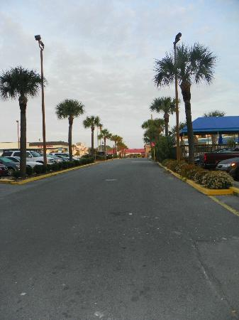 Sandcastle Inn: Paved walk to beach less than 150 fee from Sandcastle