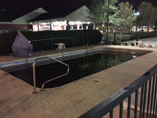Econo Lodge Tupelo: Pool was closed. It was also green