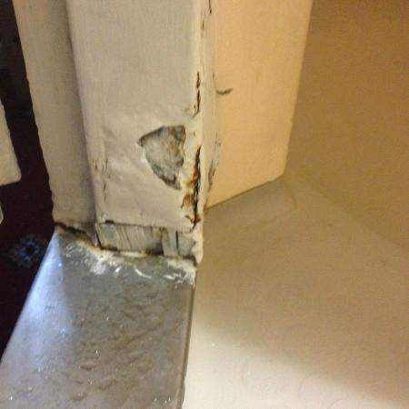 Arran House Hotel: Rust and poorly fixed walls