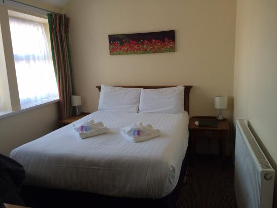 Queens Promenade Hotel: Lovely comfortable bed