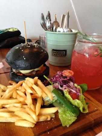 Shoebox Canteen: Black burger and mock-tails :)