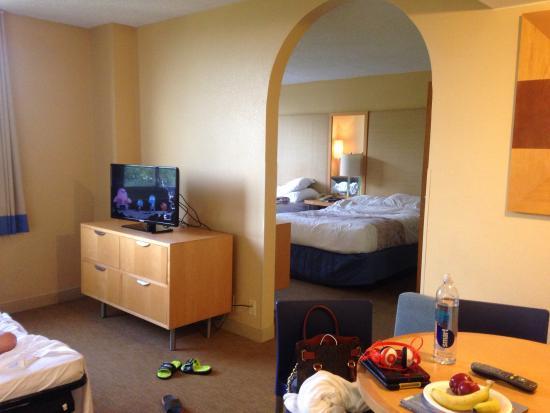 La Quinta Inn & Suites West Palm Beach Airport: View into bedroom