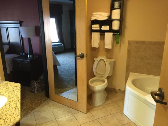 Hampton Inn Gettysburg: King Suite with whirlpool and separate living room