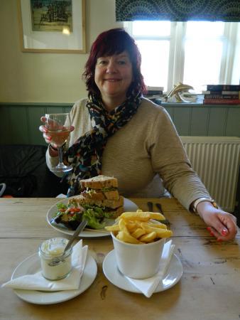Dolphin Inn Restaurant: Cheers!