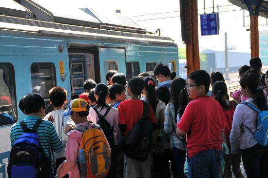 Ji Ji Xian: People rushing into the traina at Ershew