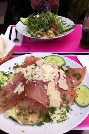 Salade jambon de parme et salade de pates froides picture of epicuria liege province - Salade de pates jambon ...