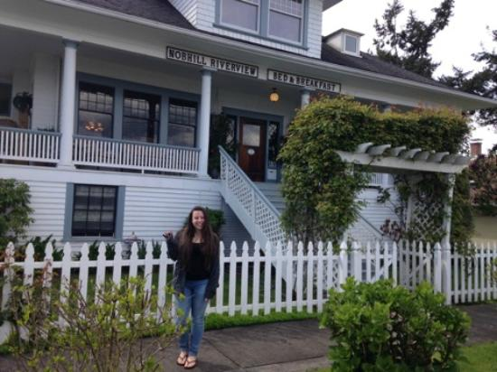 Nob Hill Riverview Bed & Breakfast: The house is huge! Me while while departing :(