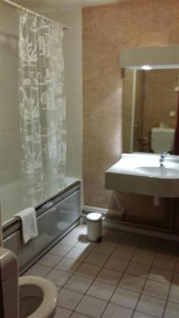Logis Le Relais de Pouilly : La salle de bains, WC