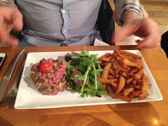 Le Bouchon Provencal : tartare di carne e patatine fritte