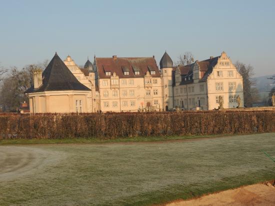 Schlosshotel Munchhausen : Sicht von der Driving Range auf das Schlosshotel