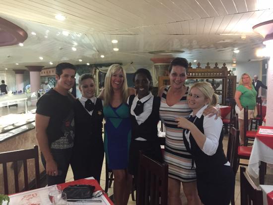 Brisas del Caribe Hotel: Le service est impeccable au buffet
