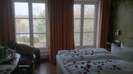 Seehotel Zeuthen: Zimmer mit großen Fenstern