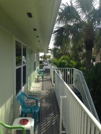 Palm Terrace Resort: Deck looking toward Estero Blvd and Gulf