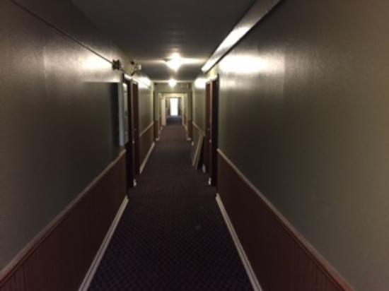 Days Inn West Branch Iowa City Area: hallway