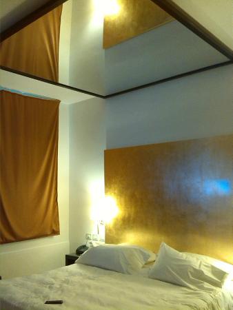 Hotel Motel Castelletto: Suite - lo specchio