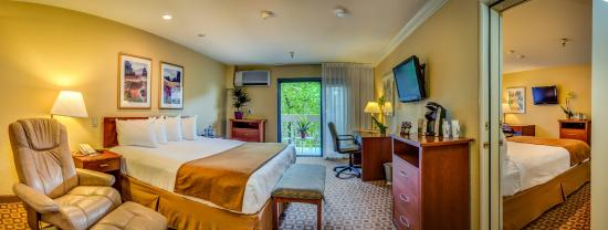 Hallmark Inn at UC Davis: Connecting room: King to 2 Queen beds