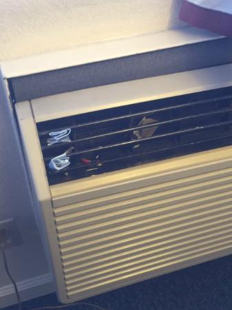 California Suites Hotel: to keep the airflow we stuck paper