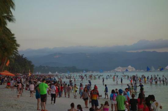 La Carmela de Boracay: White beach some steps from La Carmela