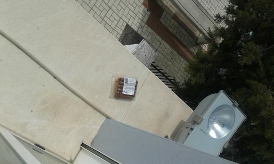 Gce Hoteles: Alfeizar debajo de la ventana de la habitación con paquete de salchichas podrido