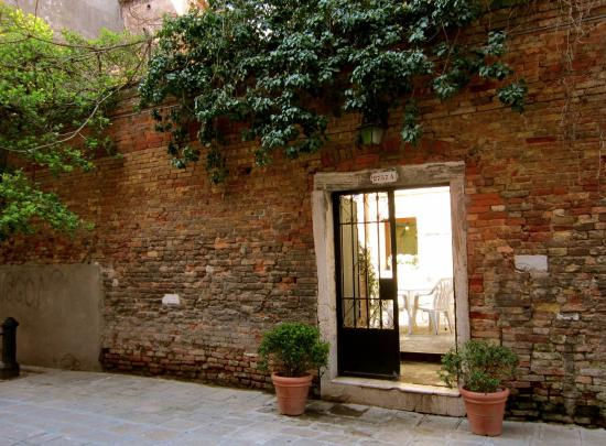 Trattoria Da Ignazio: Courtyard seen from backside of the restaurant