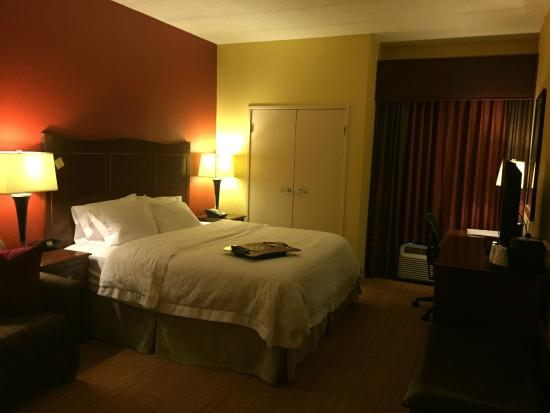 Hampton Inn Baltimore / White Marsh: room with couch to left of the bed