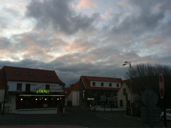 Hôtel l'Escale : Вид на ресторан и отель с площади мэрии