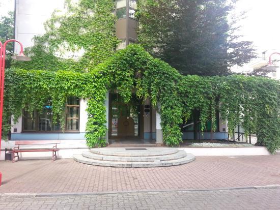 Demel Hotel : Wejście główne z parkingu