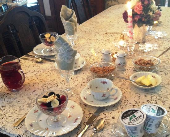 LeBlanc House Bed and Breakfast: Sitting down for breakfast.