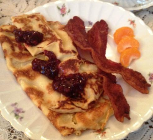 LeBlanc House Bed and Breakfast: Swedish pancakes with lingonberries