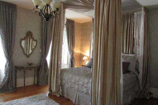 Maitland, Канада: Super comfortable bed with lovely fine linens